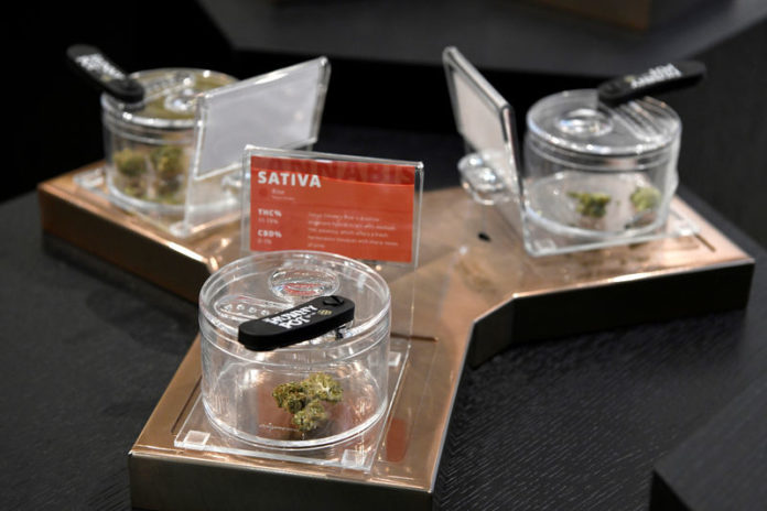 © Reuters. FILE PHOTO: Cannabis products on display at the Hunny Pot Cannabis Co. retail cannabis store after marijuana retail sales commenced in the province of Ontario, in Toronto