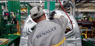 © Reuters.  Renault cuts revenue goal as car industry misery spreads