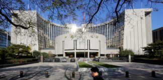 © Reuters.  China's Central Bank Tells Foreign Firms Yuan Won't Keep Falling