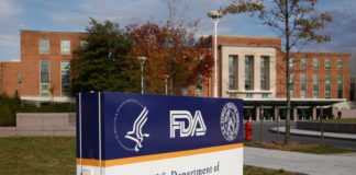 © Reuters. FILE PHOTO: The headquarters of the U.S. Food and Drug Administration is shown in Silver Spring near Washington